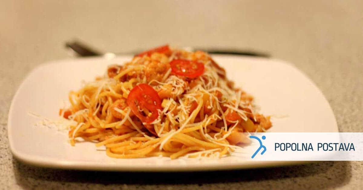 Testenine z gamberi v sočni rdeči omaki