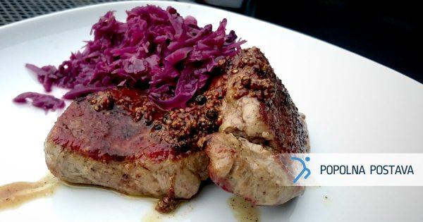Sočni pljučni biftek v družbi rdečega zelja
