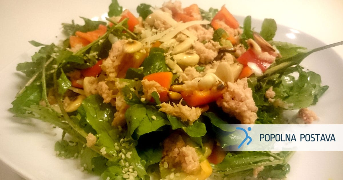 Solata s tuno, pinjolami in konopljinimi semeni