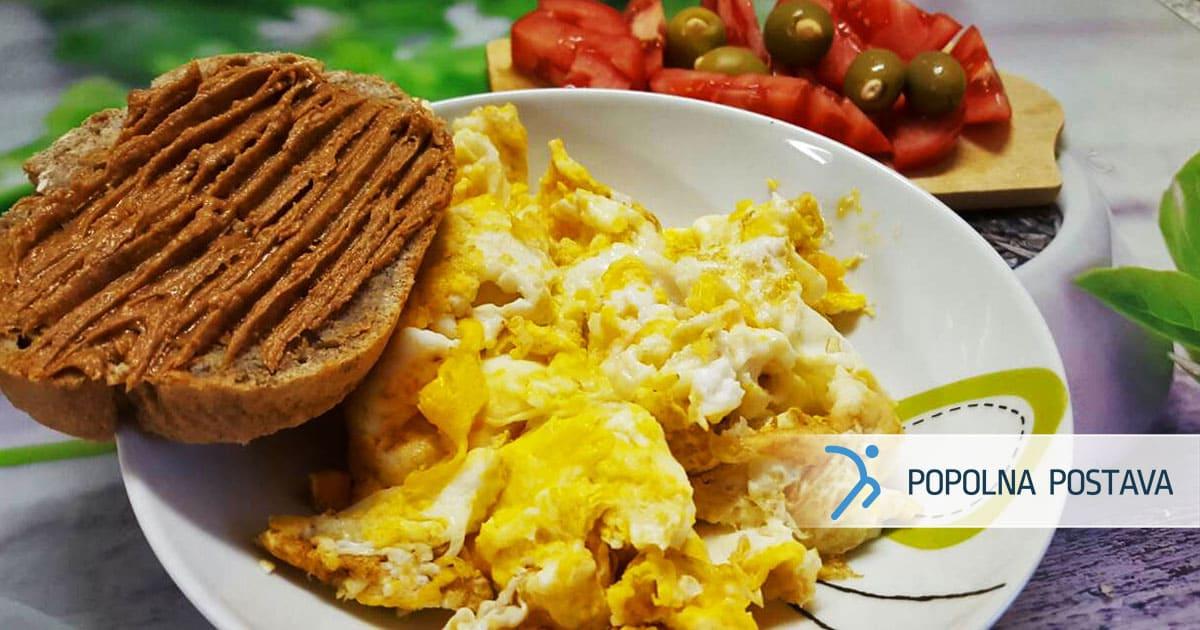 Žvrkljana jajca z arašidovim maslom