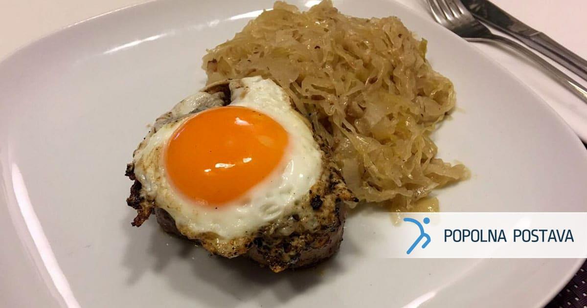 Sočni pljučni biftek z jajcem, v družbi zelja