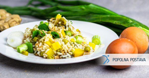 Riž z zelenjavo in vmešanimi jajčki